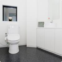 トイレですが、比較的広いスペースを確保していますので、ご家族様が付き添いで一緒に入ることも可能です。大変申し訳ございませんがバリアフリーではございません。